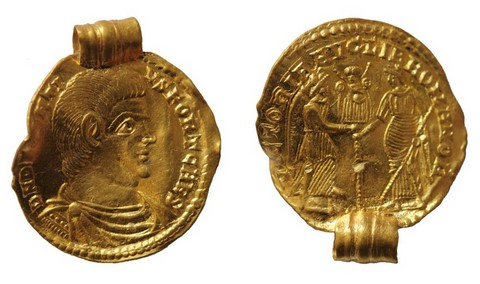 gold coin roman emperor magnentius with loop after 350 AD found in Nordkehdingen marshes of Elbe river